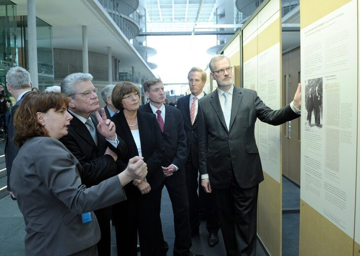 Professor Schneider explains exhibits to Federal President Joachim Gauck and Bundestag Vice-President Ulla Schmidt