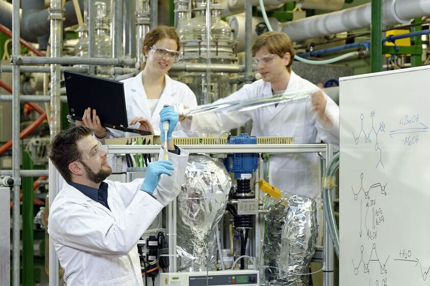 Researchers from the NRW research cluster working in RWTH lab